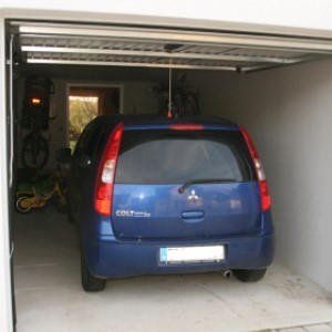 Macchina ferma in garage, deve essere assicurata